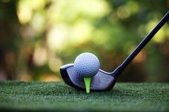 Piłka golfowa i kij golfowy w pięknym polu golfowym przy Tajlandia Co zdjęcia stock