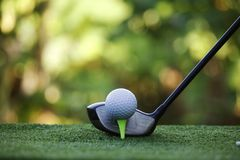 Piłka golfowa i kij golfowy w pięknym polu golfowym przy Tajlandia Co zdjęcie royalty free