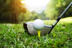 Piłka golfowa i kij golfowy w pięknym polu golfowym z zmierzchu bac obraz royalty free