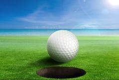 Piłka golfowa na krawędzi dziura Fotografia Royalty Free