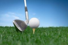 Piłka golfowa na trójnika zakończenia widoku obrazy royalty free