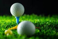 Piłka golfowa na trawie w czarnym tle fotografia stock