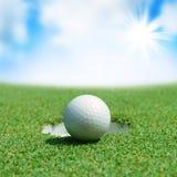 Piłka golfowa na zieleni Obrazy Royalty Free
