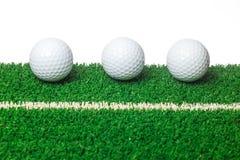 Piłka golfowa na zielonej trawie Zdjęcie Stock