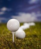 Piłka golfowa na zielonej trawie nad niebieskim niebem Fotografia Royalty Free