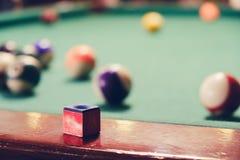 Piłka i kreda na bilardowym stole obrazy stock