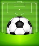Piłka na zieleni pola tle Zdjęcia Royalty Free