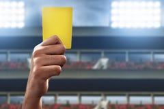 Piłka nożna arbitra ręki chwyta żółta kartka fotografia royalty free