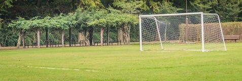 Piłka nożna cel w polu Zdjęcia Royalty Free