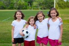 Piłka nożna dzieciaka futbolowe dziewczyny zespalają się przy sporta fileld Zdjęcie Royalty Free
