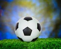 Piłka nożna futbol na zielonej trawy pola use dla sport rywalizaci b Zdjęcia Stock
