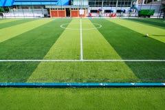 Piłka nożna lub Futbolowy sztuczny zielonej trawy pole z pustym playe Zdjęcia Stock
