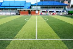 Piłka nożna lub Futbolowy sztuczny zielonej trawy pole z pustym playe Obrazy Stock