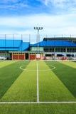 Piłka nożna lub Futbolowy sztuczny zielonej trawy pole z pustym playe Obraz Royalty Free