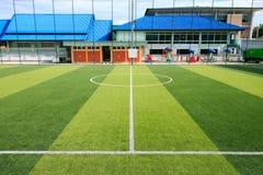 Piłka nożna lub Futbolowy sztuczny zielonej trawy pole z pustym playe Fotografia Stock