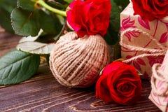 Piłka przędza i róże Obrazy Royalty Free