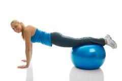 piłka robi sprawności fizycznej pushups kobiety młode Obrazy Royalty Free