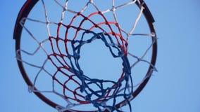 Piłka uderza pierścionek, nowy plenerowy obręcz z niebieskim niebem above zbiory wideo