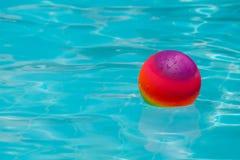 Piłka w pływackim basenie Obrazy Stock