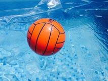 Piłka w pływackim basenie Zdjęcia Stock