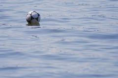Piłka w wodzie. Zdjęcia Royalty Free