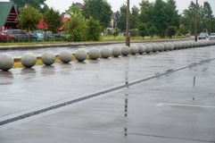 Piłki beton na miasto ulicie, mokrej drodze i dekoracyjnych pucharach robić beton, obrazy stock