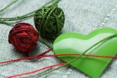 piłki clew zielonego serca żelaza kształt dwa Zdjęcia Royalty Free