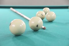 Piłki i wskazówka dla Rosyjskich Billiards na bilardowym stole z zielonym płótnem obraz stock