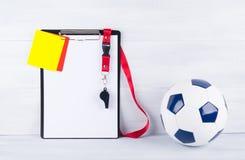 Piłki nożnej piłka, gwizd, kar karty i pastylka dla nagrywać sędziego, Fotografia Stock