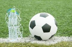 Piłki nożnej piłka i butelki woda Fotografia Royalty Free