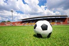 Piłki nożnej piłka na boisko do piłki nożnej zielonej trawie obrazy stock