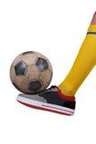 Piłki nożnej piłka na stopie gracz futbolu Odosobniony biel Fotografia Royalty Free