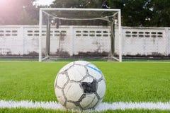 Piłki nożnej piłka na Sztucznej murawy boiska piłkarskiego zieleni bielu siatce Fotografia Royalty Free
