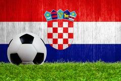Piłki nożnej piłka na trawie z Chorwacja flaga tłem Zdjęcie Royalty Free