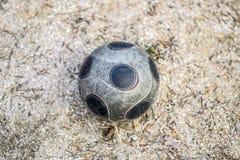 Piłki nożnej piłka na ziemi Piłka jest dla gier jard Obraz Stock