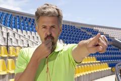 Piłki nożnej pojęcie - mężczyzna arbitra gwizdania wskazywać Zdjęcie Stock
