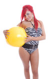 piłki plażowej dziewczyny odosobniony seksowny swimsuit Obraz Stock