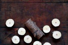 Piłujący drewno Na zmrok desce Zdjęcie Royalty Free