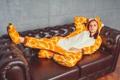 Piżamy dla Halloween w postaci kangura Emocjonalny portret dziewczyna na kanapy tle Szalony i śmieszny mężczyzna w kostiumu fotografia royalty free