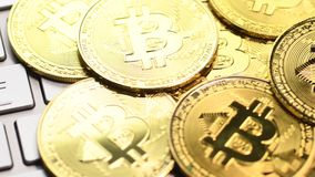 Pi?ces de monnaie d'or de Bitcoin banque de vidéos
