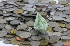Pi?ces et billet de devise de la Tha?lande pli?s aux bateaux Art d'origami Argent de Tha?lande photographie stock libre de droits