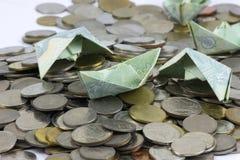 Pi?ces et billet de devise de la Tha?lande pli?s aux bateaux Art d'origami Argent de Tha?lande sur le fond blanc photographie stock libre de droits