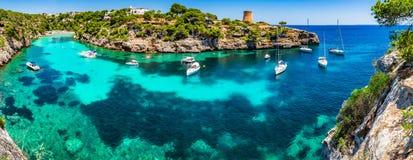 Pi de Majorca Cala da Espanha do mar Mediterrâneo foto de stock