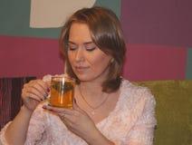 pić herbacianej kobiety Fotografia Royalty Free