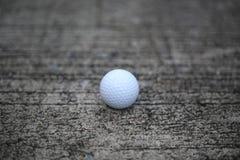 Piłka golfowa na betonowej teksturze zdjęcie stock