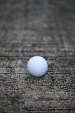 Piłka golfowa na betonowej teksturze zdjęcia royalty free