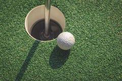 Piłka golfowa na dziurze Fotografia Royalty Free