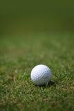 Piłka golfowa na kursie Obraz Royalty Free