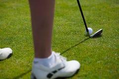 Piłka golfowa na trójniku i kij golfowy na polu golfowym Zdjęcia Royalty Free