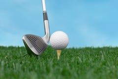 Piłka golfowa na trójniku na zielonej trawie Zdjęcie Stock